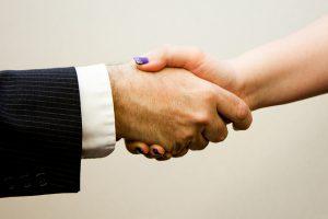 Handslag mellan man och kvinna