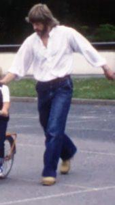 Man som springer iklädd vid skjorta
