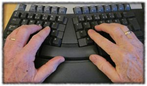 två händer på ett tangentbord
