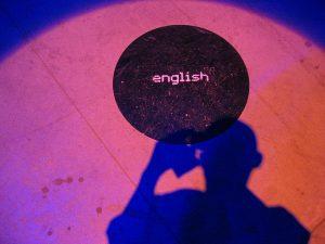 svart cirkel med text engelska